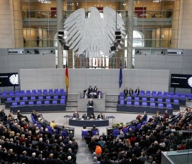 Фото: REUTERS/Fabrizio Bensch Избранный президент ФРГ Франк-Вальтер Штайнмайер выступает перед Федеральным собранием Германии