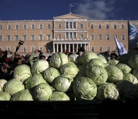 Фото: REUTERS/Alkis Konstantinidis Демонстрация греческих фермеров перед зданием парламента Греции