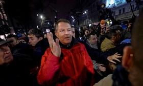 AP / Andreea Alexandru Президент Румынии К. Йоханнис принимает участие в антиправительственной демонстрации, 22 января 2017 г.
