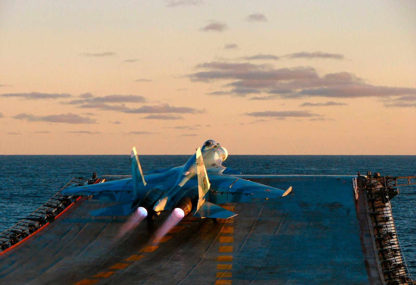 """Caças do porta-aviões russo """"Kuznetsov"""" dão início a operações de voo na costa da Síria"""